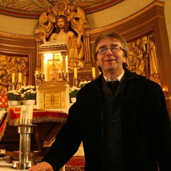 Parafianie ks. Skrzypczyka bardzo sobie cenią jego codzienny uśmiech i spokój. Do kościoła przychodzi ich coraz więcej.