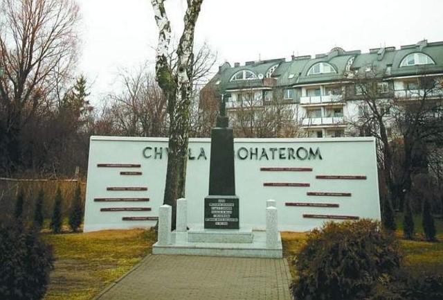 Pomnik - autorstwa architekta Andrzeja Chwaliboga - ma mieć formę kamiennej tablicy z przedwojenną mapą Polski i informacją o bitwie. Zostanie ona ustawiona przy ul. Zwycięstwa, obok Pomnika Legionistów.
