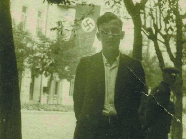 To zdjęcie na tle gmachu gestapo zrobił  Czesław Waliński