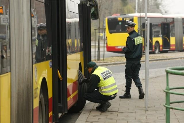 Autobusy wrocławskiego MPK mają opony całoroczne. Ich stan podczas kontroli sprawdza też Inspekcja Transportu Drogowego
