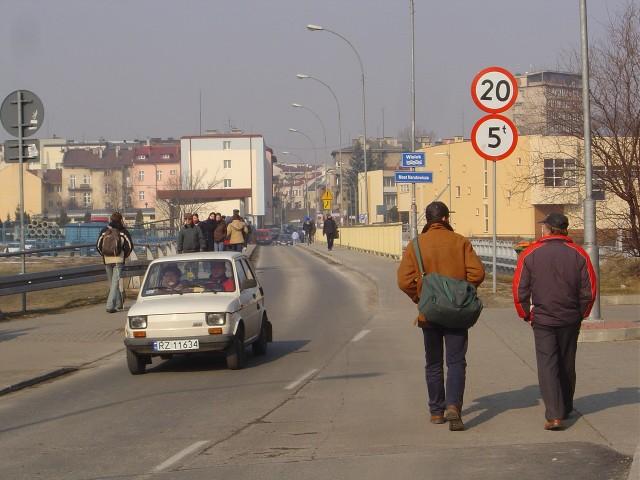 9 marca 2006 roku. Kładka na Wisłoku w rejonie sanepidu jest juz przejezdna dla samochodów. Niestety wąska droga to tylko jeden pas ruchu. Kierowcy jeżdą tu wahadłowo...
