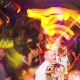 Impreza w klubie Yzzy. Nowych pubów i knajp wciąż przybywa, młodzi ludzie mają więc w czym wybierać.