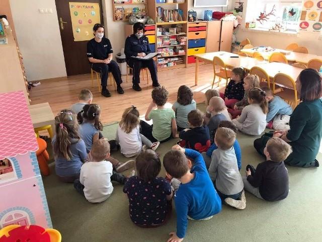 Policjantki w przedszkolu w Ninkowie czytały dzieciom bajki.