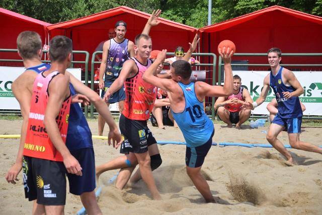 Siedem drużyn żeńskich i siedem drużyn męskich wzięło udział w rozgrywkach w plażową piłkę ręczną Beach Cup Open w Inowrocławiu. Wśród ekip męskich najlepszymi okazali się gospodarze - Ekoserwis Damy Radę Inowrocław