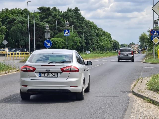 Drogowcy zlikwidowali przejazd rowerowy oraz zwężenie na Szosie Chełmińskiej przy skrzyżowaniu z ul. Jelenią. W zamian postawią znak informujący o ograniczeniu prędkości do 40 kilometrów. O tym, ile takie ograniczenia są warte przekonał się nasz fotoreporter. W środę sfotografował kierowcę, który pędził Szosą Chełmińską ze znaczną prędkością i na dodatek wyprzedzał na felernym, do niedawna zabezpieczonym zwężeniem, przejściu.