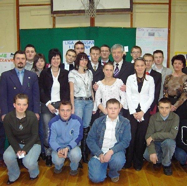 Członkowie szkolnego Koła Ligi Morskiej iw  Nieszawie w towarzystwie burmistrza Andrzeja  Nawrockiego i Macieja Marjańskego, założyciela  koła.