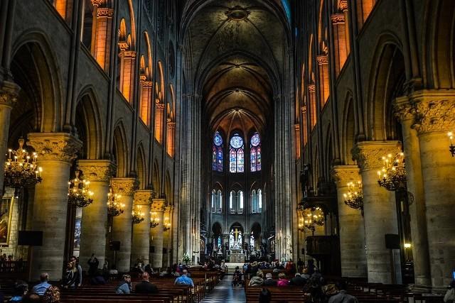 """Katedra Notre Dame posiada 10 dzwonów. Każdy z nich ma swoje imię – najcięższym z nich jest Emmanuel, który waży 13 ton i przetrwał okres dewastacji w czasie Rewolucji Francuskiej. Dzwony Katedry biją nie tylko podczas wielkich uroczystości kościelnych. Ich dźwięk towarzyszył ważnym wydarzeniom historycznym – królewskim koronacjom, śmierci przywódców kraju, zakończeniu wojen światowych.  Historia dzwonów jest nierozwiązalnie związana z historią miasta – każdy z nich """"śpiewa"""" innym tonem i bije w inną okazję."""