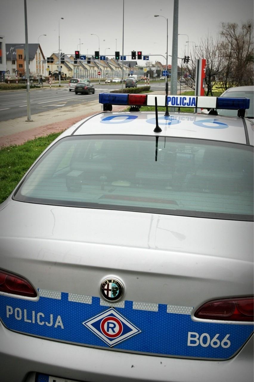 Policjanci zaparkowali na stacji benzynowej przed skrzyżowaniem na Klecińskiej.