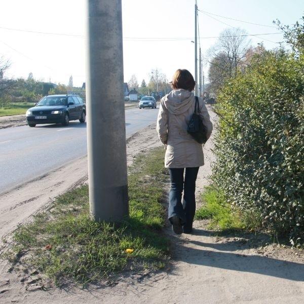Mamy chodnik dla pieszych, że musimy chodzić ulicą - skarżyli się mieszkańcy ul. 27 Lipca.