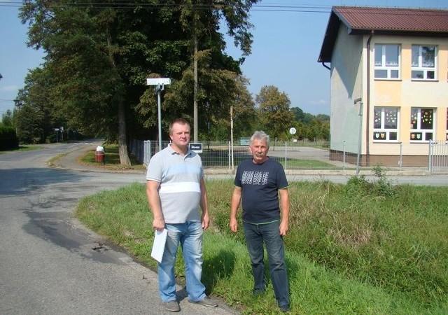 Sołtys Bobrka Tomasz Szostek (od lewej) i radny miejski w Chełmku Władysław Wiśniowski podkreślają, że starania o modernizację ul. Nadwiślańskiej trwają od kilku lat