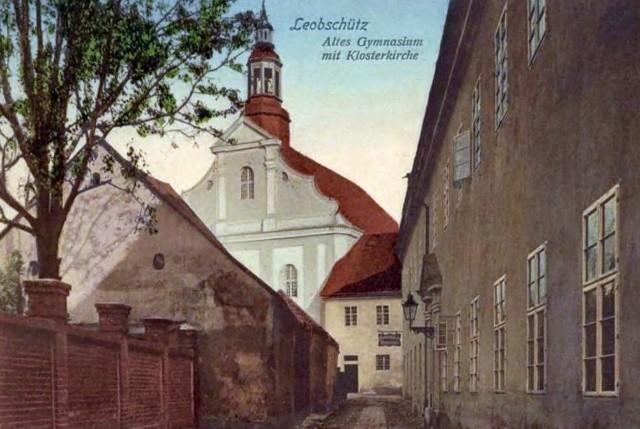 Tak przed wojną wyglądał klasztor franciszkanów. Z prawej strony budynek gimnazjum.