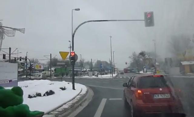 Rok temu nagranie wideo z kabiny kierowcy karetki pogotowia, która pędziła do wypadku na rogu ulic Kobierzyńskiej i Skośnej, robiło furorę w internecie.