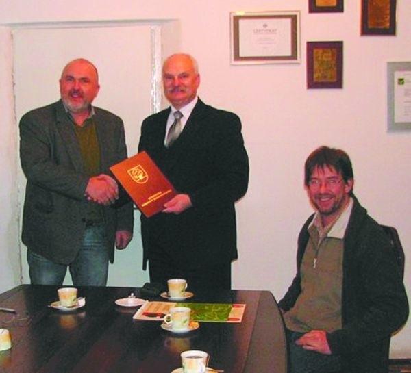 Umowę z przedstawicielami zagranicznego inwestora Tadeusz Ciszkowski, burmistrz Dąbrowy Bialostockiej (w środku) podpisał w ostatnich dniach starego roku.