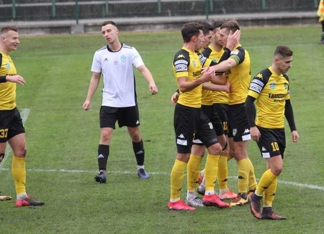 Siarka Tarnobrzeg opublikowała w swoich mediach społecznościowych kadrę na rundę wiosenną w trwającym sezonie grupy czwartej piłkarskiej trzeciej ligi. Kto się w niej znalazł?