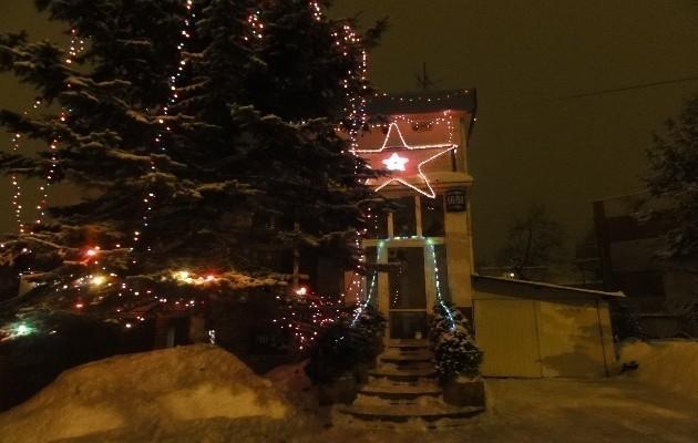 Dom przy ul. Krakowskiej widać z daleka, bo oświetlają go między innymi ogromne gwiazdy.