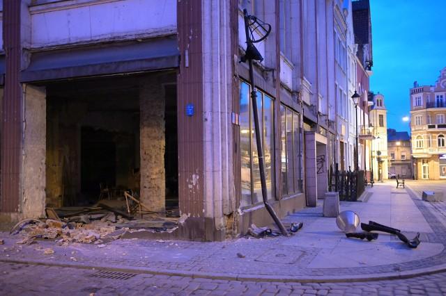 Na Rynku w Grudziądzu samochód wjechał w witrynę sklepową, uszkodził pięć aut i latarnię