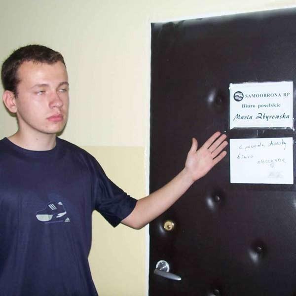 Łukasz Jaremko chciał wczoraj umówić się na spotkanie z posłanką Marią Zbyrowską. Niestety, drzwi zastał zamknięte. Biuro było nieczynne z powodu choroby pracownika. Do odwołania.