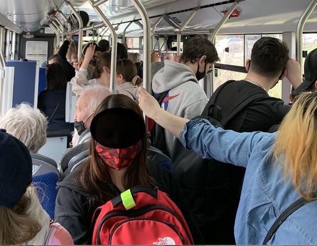 Tłok w autobusie kursującym do ZOO w Krakowie