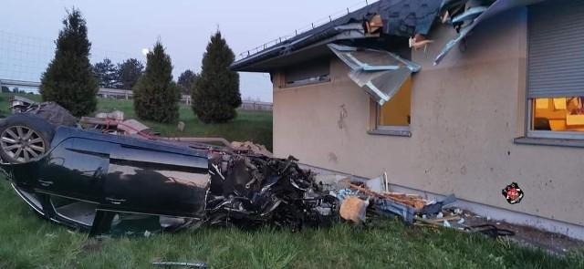 Śmiertelny wypadek na A4 w Rudnie. Samochód kilkukrotnie dachował i uderzył w dach budynku magazynu