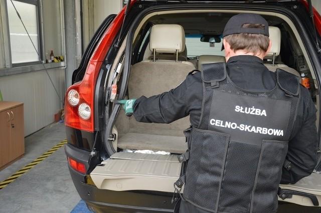 Podlascy funkcjonariusze Krajowej Administracji Skarbowej udaremnili kolejne próby przemytu papierosów. Kontrabanda była ukryta w elementach dwóch samochodów