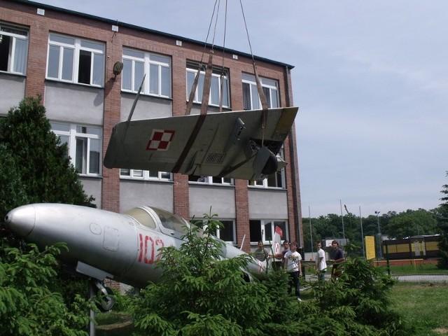 Udało się nam sfotografować moment demontażu samolotu TS Iskra sprzed Zespołu Szkół Zawodowych