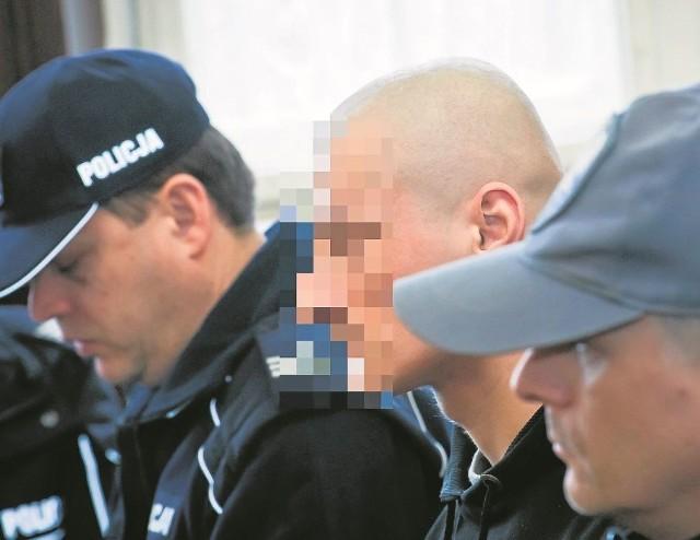 Jakub D. z drwiącym uśmiechem oglądał w sądzie film z wizji lokalnej, w której sam uczestniczył w listopadzie 2013 r.
