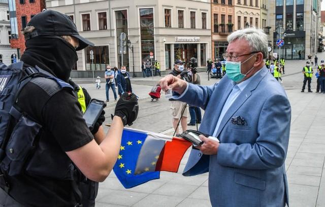 W minioną sobotę (16 maja) policjanci legitymowali i spisywali uczestników protestu. Wśród wylegitymowanych był również Roman Jasiakiewicz, były prezydent Bydgoszczy, obecny radny województwa.