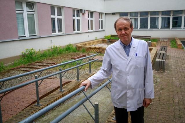 Tu można wykonywać proste ćwiczenia ruchowe, można ćwiczyć naukę chodu, jazdy wózkiem po tych przeszkodach - pokazuje prof. Wojciech Kułak. Bo patio jest świetnie zaprojektowane. Tyle tylko, że po tylu latach bez remontu - po prostu brzydkie.