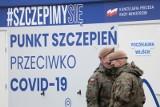 Polacy zostali skołowani częstymi zmianami strategii walki z koronawirusem. Model szwedzki drogą do lasu krzyży - mówi psycholog społeczny