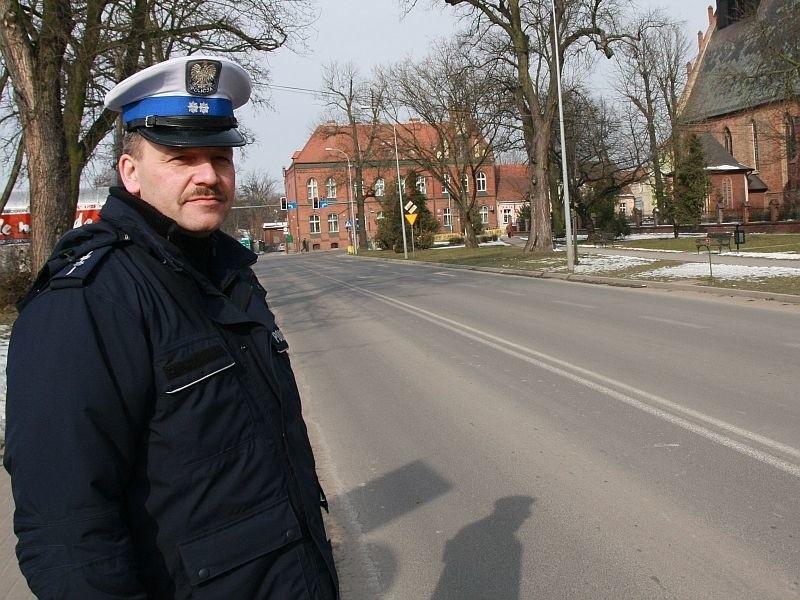 - Piesi ryzykują życiem przechodząc tutaj przez jezdnię - mówi asp. Piotr Szczepanik, naczelnik międzyrzeckiej drogówki.