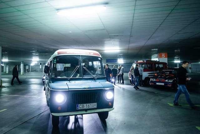 zlot starych samochodów na parkingu Tesco przed startem rajdu do Afryki