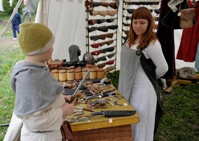 Dzień otwarty Wioski FantasyOdwiedzający Wioskę Fantasy w Kuńkowcach mogli podziwiać m.in. walki rycerzy, pokazy kowalstwa oraz nauczyć się strzelać z łuku. Odbyły się gry i zabawy terenowe, wystawiono jarmark średniowieczny.