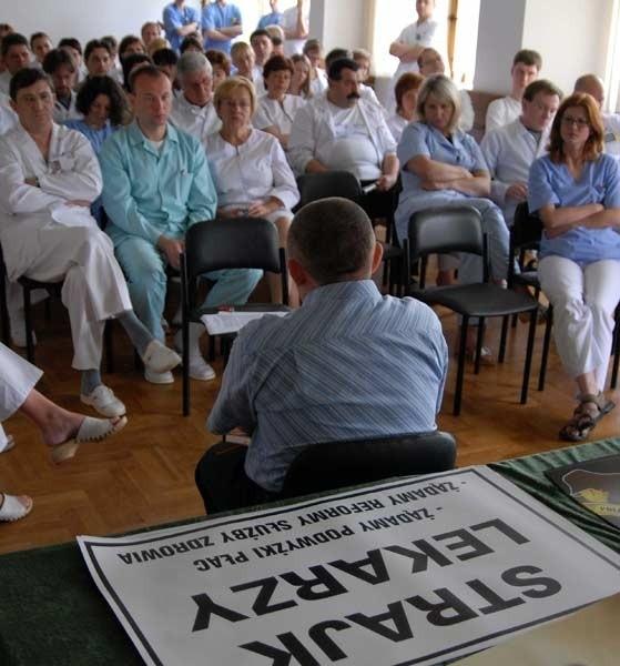 Strajk lekarzyLekarze, w tym ci ze Szpitala Wojewódzkiego w Przemyślu, rozpoczeli w poniedzialek ogólnopolski, bezterminowy strajk. Protestujący wykonują tylko zabiegi ratujące zycie.