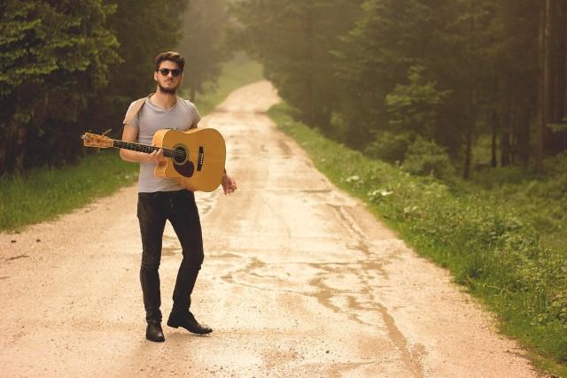 Harmonogram tegorocznego Kulturalnego Starego Rynku jest podzielony na wiele cykli. W tym tygodniu rusza projekt Scena na Quadro (na Starym Rynku) – 7 lipca o godz. 19 darmowy koncert zagra folkowy gitarzysta Damien McFly.