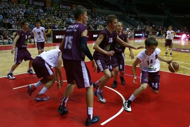 Mecz finałowy chłopców pomiędzy SP 14 Przemyśl (biało-fioletowe stroje), a SP 7 Sopot w Ergo Arenie.