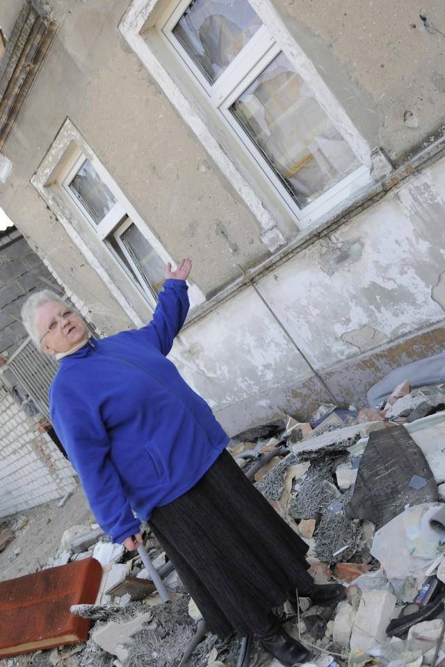 Pani Grażyna Simon-Wojaczyńska przed kamienicą- Ostatnio, gdy wyszłam z domu, ktoś powybijał wszystkie szyby w oknach - załamuje się pani Grażyna