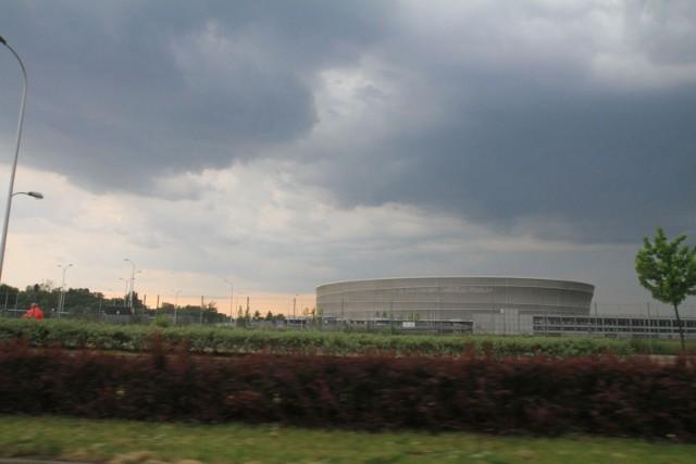 """Od kilku dni synoptycy ostrzegają mieszkańców Wrocławia przed burzami, jednak dotychczas te scenariusze nie sprawdzały się. Jeśli nawet burze """"wchodziły"""" od zachodu na Dolny Śląsk, to kierowały się później na północ i północny-wschód omijając zarówno Legnicę jak i Wrocław. Według synoptyków w sobotę i w nocy z soboty na niedzielę ma być inaczej. Tym razem burzowe chmury, deszcz, silny wiatr, a nawet grad mają nadciągnąć nad stolicę Dolnego Śląska. Czy te zapowiedzi tym razem się sprawdzą? Lepiej być na to przygotowanym!"""