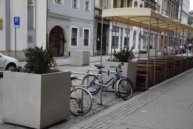 Można już przypinać rowery do nowych stojaków