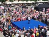 Kraków. Wiec wyborczy Andrzeja Dudy wstrzymany z powodu deszczu. Tłumy ludzi z parasolkami czekają na Rynku Głównym [ZDJĘCIA, WIDEO]