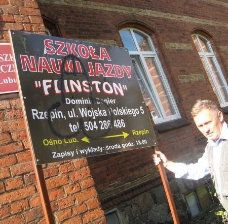 Po naszej interwencji pracownik szkoły Edmund Łagutko natychmiast wykopał tablicę. - Już ją stąd wynoszę - zapewnił.