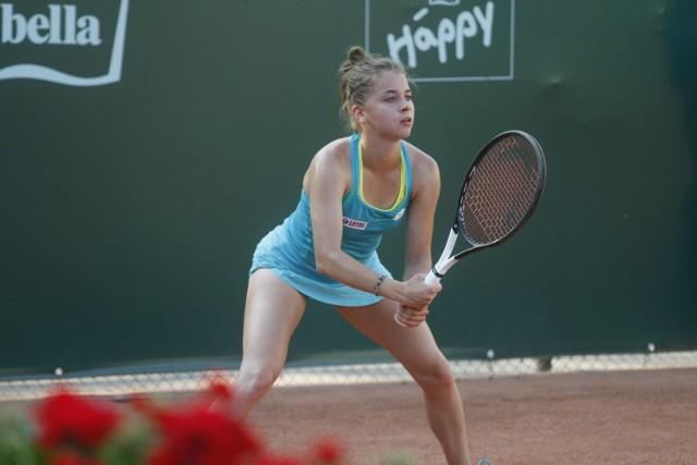 Na 2. rundzie zakończyły udział najlepsze Polki w turnieju Bella Cup w Toruniu (pula nagród 60 tys. dolarów). Jako ostatnie odpadły Stefania Rogozińska-Dzik - 2:6, 2:6 z Rumunką Iriną Barą oraz Maja Chwalińska - 2:6, 2:6 z rozstawioną z numerem 2 Amerykanką Alexandrą Kiick. Także w turnieju deblowym zostały w grze cztery zagraniczne deble.W piątek na kortach Startu-Wisły poznamy półfinalistki w singlu. Początek gier od godz. 12.00, wstęp wolny.