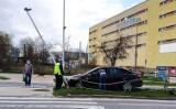 Kraksa w Kielcach. Opel astra uderzył w latarnię na ulicy Jagiellońskiej