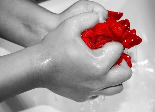 Warto też czasem skusić się na pranie ręczne -  to dobry trening dla rąk. Napięcie mięśni podczas godziny takiej aktywności pozwoli spalić około 150 kalorii.