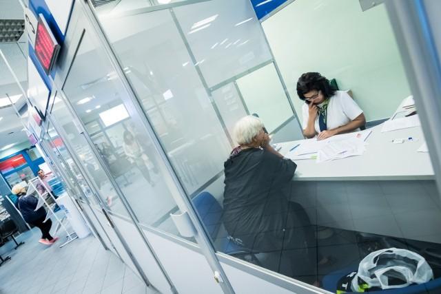 """Na 2022 rok rząd w ramach Polskiego Ładu przygotowuje szereg zmian. Mają one dotyczyć m.in. seniorów z najniższymi emeryturami. Osoby z najniższym świadczeniem zostaną zwolnione z płacenia podatku. Będzie to dla nich oznaczać więcej pieniędzy w kieszeni. Zobacz, ile będzie można zyskać na zmianach w emeryturach w 2022 roku. """"Fakt"""" podał wyliczenia brutto i netto. Szczegóły na kolejnych stronach ---->"""
