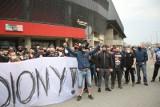 GKS Tychy - Arka Gdynia. Kibice przed stadionem ZDJĘCIA Tyscy fani przyszli wesprzeć swój zespół. Była też policja