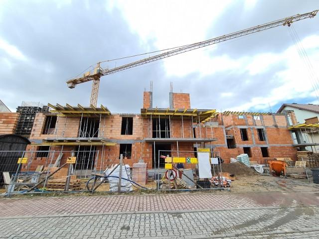 Nowy trend mieszkaniowy. W Polsce, w tym także w Toruniu, powstaje coraz więcej małych mieszkań z kilkoma pokojami. Oczywiście nadal, wśród wielu ofert, znajdziemy lokale z jednym czy dwoma dużymi pomieszczeniami i aneksem kuchennym. Coraz częściej jednak deweloperzy na małej przestrzeni upychają trzy, a nawet cztery pokoje. Również mieszkania z rynku wtórnego z dużą liczbą pomieszczeń cieszą się sporym powodzeniem. W czasach pracy i nauki zdalnej każdy chce mieć kawałek miejsca tylko dla siebie.