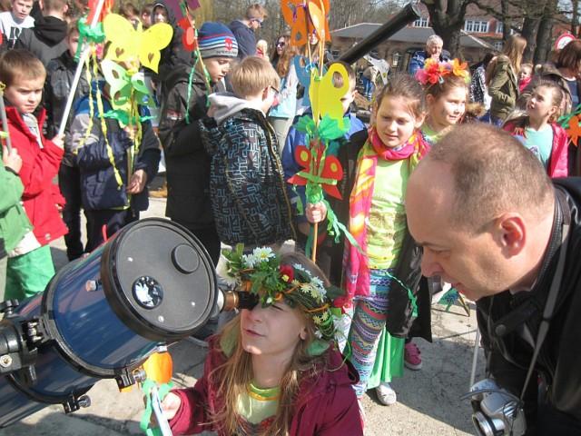 Dzieci pod okiem Krzysztofa Olejnika z zainteresowaniem oglądały niecodzienne zjawisko na niebie.