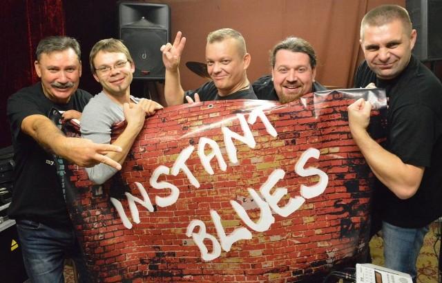 Instant Blues gra w składzie: Paweł Lelakowski (śpiew), Krystian Gorzelańczyk (gitara), Grzegorz Kitowicz (bas), Waldemar Rzepka (harmonijka), Witold Domański (perkusja)