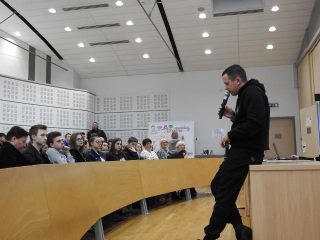 Łukasz Lukasyno Szymański opowiada uczestnikom festiwalu Literackiego o swojej muzyce. To był jeden z pierwszych warsztatów. Spotkania potrwają do soboty 8 lutego.