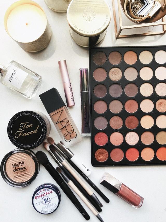 Kultowe kosmetyki do makijażu. Taniej stacjonarnie czy przez Internet? Gdzie warto je kupić?